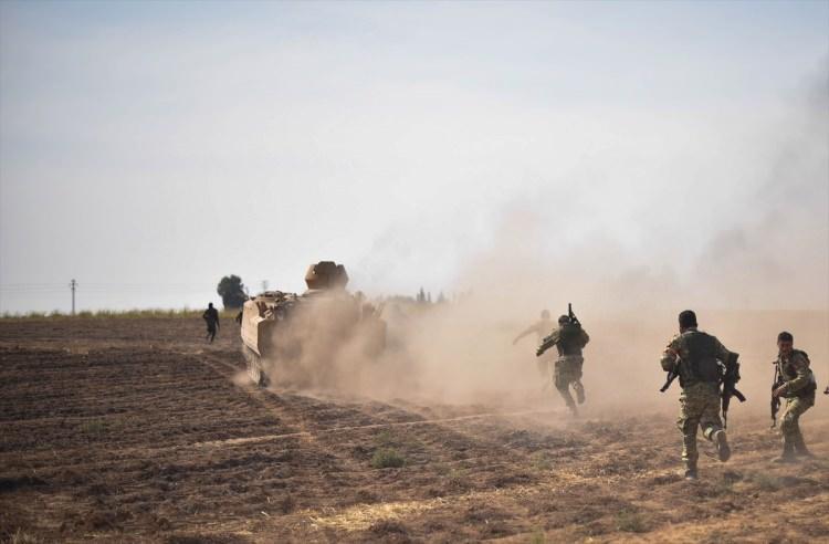 <p>Barış Pınarı Harekatı kapsamında, Türk Silahlı Kuvvetlerinin desteğiyle ilerleyen Suriye Milli Ordusu (SMO) askerleri, terör örgütü işgalindeki Münbiç ve Kamışlı ilçelerini bağlayan stratejik M4 karayoluna vardı.</p>