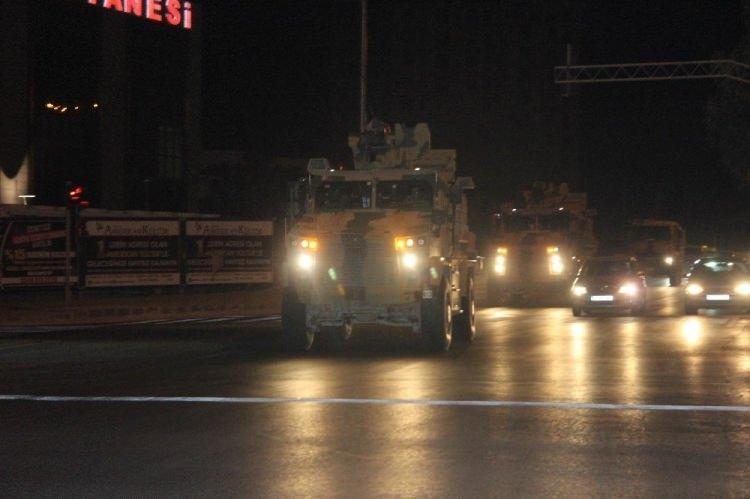 <div>Komando birlikleri ile mayına dayanıklı kirpiler, Kilis üzerinden Suriye'deki üs bölgelerine geçişleri gece boyu devam etti.</div>  <div></div>