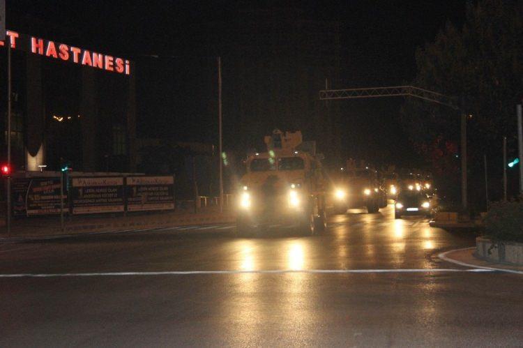 <div>Hatay istikametinden gelen toplam 110 araçlık askeri konvoy, Kilis'in Elbeyli ilçesi üzerinden Suriye'ye geçiş yaptı.</div>