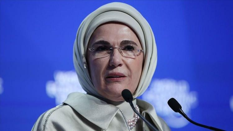 """<p>Cumhurbaşkanı Recep Tayyip Erdoğan'ın eşi Emine Erdoğan, yaptığı paylaşımda """"Barış Pınarı Harekatı'nda görev alan Mehmetçiğimize muvaffakiyetler diliyorum. Aziz milletimizle beraber dualarımızdasınız. Allah, kahraman ordumuzu muzaffer eylesin."""" ifadelerini kullandı.</p>"""