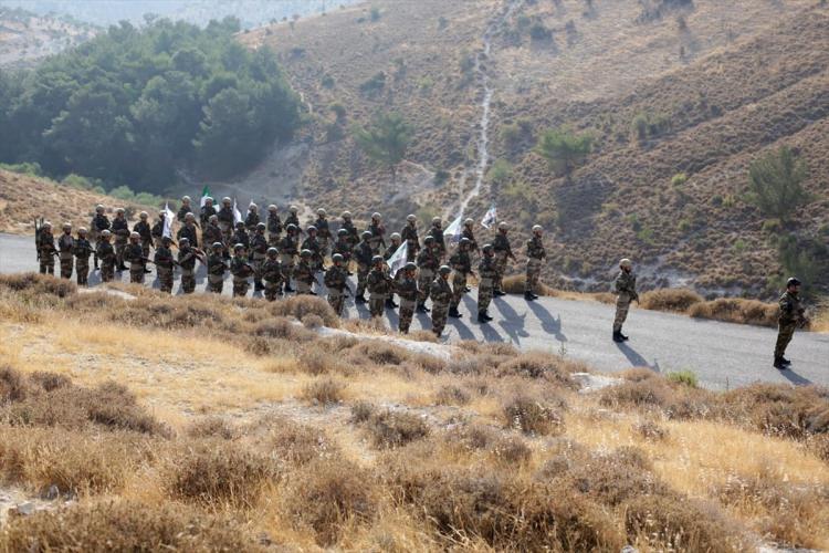 <p>ÖSO bileşenlerinden Hamza Tümeni ve Süleyman Şah grupları, daha önce terörden arındırılan Afrin'de adeta savaş tatbikatı yaptı.</p>