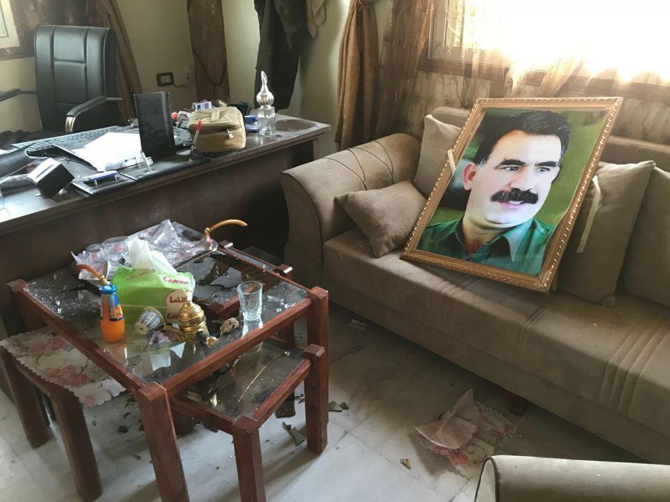 <p>Fırat'ın doğusunda YPG'li teröristlerin içerideki DEAŞ'lıları serbest bıraktığı hapishanenin görüntüleri ortaya çıktı.<br /> </p>