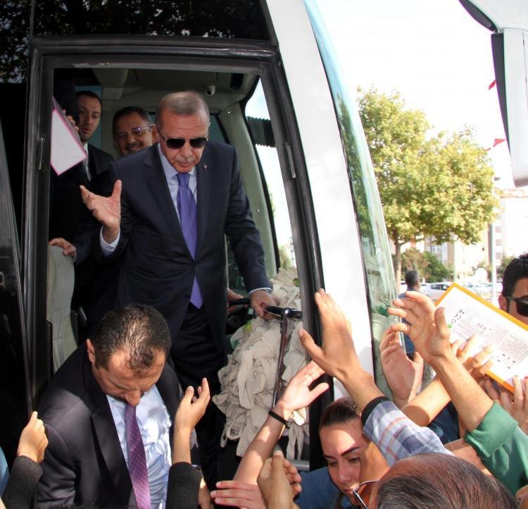 <p>Cumhurbaşkanı Recep Tayyip Erdoğan, toplu açılış töreni için geldiği Kayseri'de kendisini karşılayan vatandaşlara çeşitli hediyeler dağıttı.</p>  <p></p>