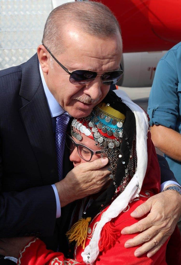 <p>Cumhurbaşkanı Erdoğan, Cumhurbaşkanlığı otobüsüyle, törenin yapılacağı Cumhuriyet Meydanı'na hareket etti.</p>