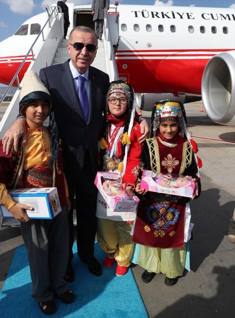 <p>Türkiye Cumhurbaşkanı Recep Tayyip Erdoğan, çeşitli ziyaretlerde bulunmak üzere Kayseri'ye geldi. Erdoğan'ı Kayseri Havalimanı'nda yöresel kıyafet giymiş çocuklar tarafından karşılandı.</p>  <p></p>