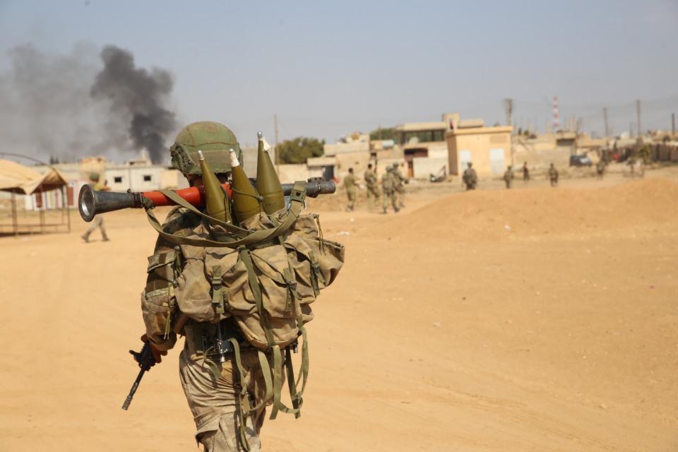 <p>Suriye Milli Ordusu'nun (SMO) desteğiyle harekatı sürdüren Türk Silahlı Kuvvetleri (TSK), Rasulayn ve çevresinde hayatın bir an önce normale dönebilmesi için güvenlik çalışmalarını ara vermeden sürdürüyor.</p>  <p></p>