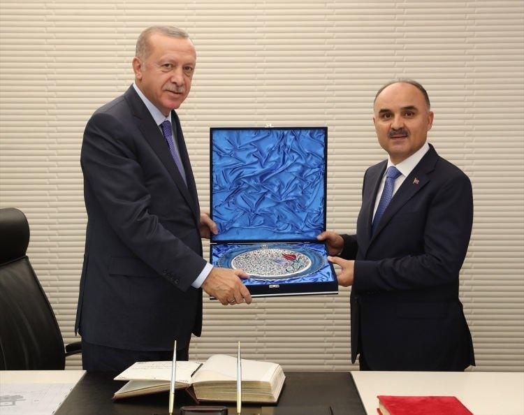 <p>Türkiye Cumhurbaşkanı Recep Tayyip Erdoğan, Kayseri Valisi Şehmus Günaydın'ı kabul etti. Cumhurbaşkanı Erdoğan, ziyaret anısına Günaydın'a hediye takdim etti.</p>  <p></p>