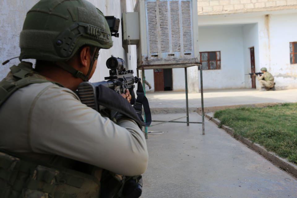 <p>Barış Pınarı Harekatı kapsamında Suriye'nin kuzeyindeki Rasulayn ilçesinde patlayıcı temizleme çalışmalarını sürdüren komando birlikleri, terör örgütü YPG/PKK'nın sığınak olarak kullandığı tünellerin yanı sıra çatışmaların yer yer sürdüğü ilçe merkezindeki arazi ve meskun mahalde arama yaparak terörü adım adım temizliyor.</p>