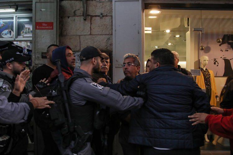 <div>Rmeleh'ı, elinde kamerası olması ve basın mensubu olduğunu söylemesine rağmen darbeden bir İsrail güçleri, çevredekilerin araya girmesi üzerine uzaklaştı.</div>  <div></div>