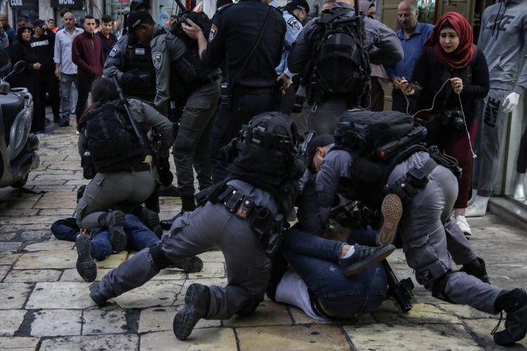 <p>Gösteriyi takip eden basın mensupları da İsrail güçlerinin şiddetine maruz kaldı. Gösteri sırasında görüntü almaya çalışan Anadolu Ajansının (AA) Filistinli kameramanı Faiz Abu Rmeleh darbedildi.</p>