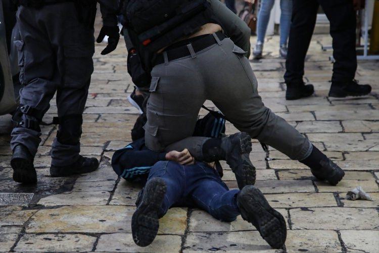 <p>Gösterinin başlamasından kısa süre sonra bölgeye gelen İsrail güçleri, ses bombası kullanarak göstericileri dağıtmaya çalıştı. Destek gösterisine devam edenlere saldıran güçler, Filistinli bir genci gözaltına aldı.</p>