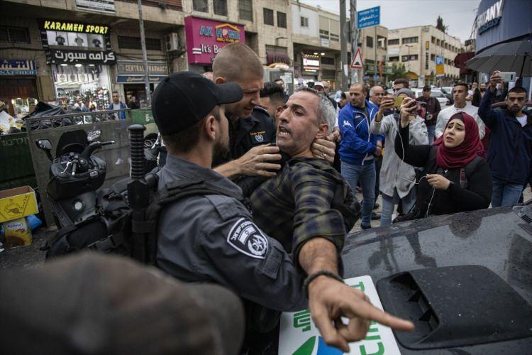 """<p>İsrail, """"idari tutukluluk"""" adını verdiği uygulamayla Filistinlileri istihbarata dayalı olarak bir ila 6 ay alıkoyabiliyor. Tutuklunun, """"İsrail'in güvenliği için tehlike teşkil ettiğine"""" karar verilmesi halinde askeri hakim, suç isnadında bile bulunmadan tutukluluk süresini 5 yıla kadar uzatabiliyor.</p>"""