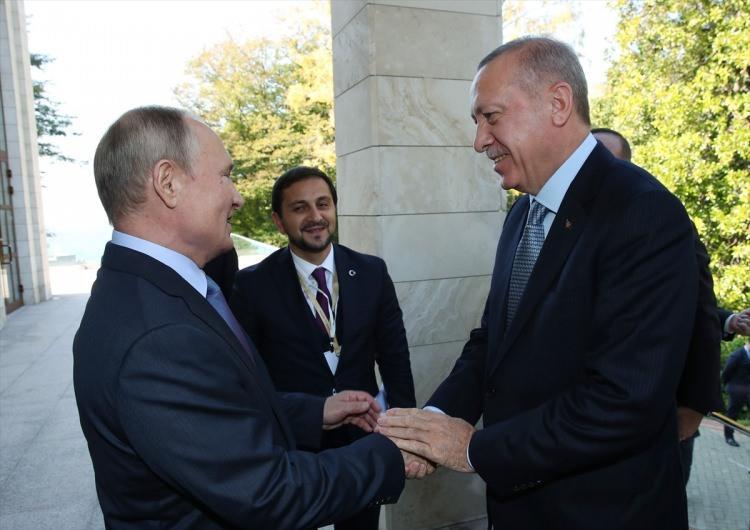 <p>Rusya Devlet Başkanı Vladimir Putin ve Cumhurbaşkanı Recep Tayyip Erdoğan, Soçi'deki Rusya Devlet Başkanlığı Rezidansı'nda bir araya geldi. Erdoğan'ı, Devlet Başkanlığı Rezidansı'na gelişinde Putin karşıladı.</p>  <p></p>