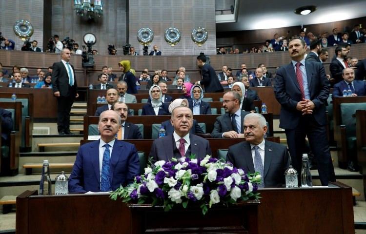 <p>Türkiye'nin güney sınırında oluşturulmaya çalışılan terör koridorunu yok etmek, bölgeye barış ve huzur getirmek amacıyla başlatılan Barış Pınarı Harekâtı kapsamında şehit olan vatandaşlarımıza ithafen partililerce yapılan 'Şehitler Ölmez Vatan Bölünmez'' sloganları salonu inletti.</p>