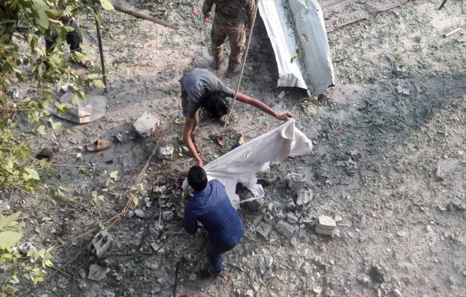 <p>Suriye'nin Türkiye sınırındaki Tel Abyad ilçesinde pazar yerinde bomba yüklü bir aracın infilak ettirilmesi sonucu aralarında çocukların da bulunduğun en az 10 sivil hayatını kaybetti. Bölgeye intikal eden Suriye Milli Ordusu (SMO) askerleri, saldırıda hayatını kaybeden bir çocuğun üzerini örttü.</p>  <p></p>
