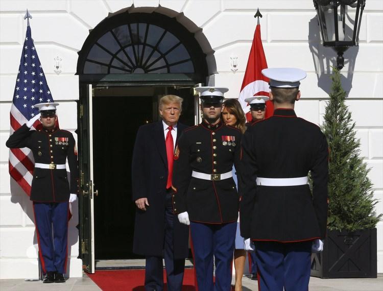 <p>Cumhurbaşkanı Erdoğan bugünkü temasları kapsamında ABD Başkanı Donald Trump ile görüşmek üzere Beyaz Saray'a geldi. Cumhurbaşkanı Erdoğan ve eşi Emine Erdoğan, Beyaz Saray'da ABD Başkanı Donald Trump ve eşi Melaine Trump tarafından karşılandı.</p>