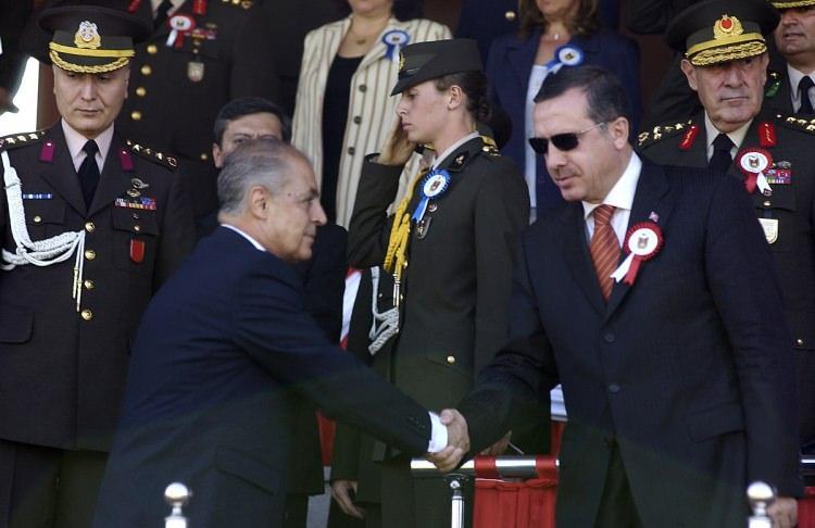 <p>Kara Harp Okulu Mezuniyet Töreni Cumhurbaşkan Ahmet Necdet Sezer, Başbakan Recep Tayyip Erdoğan, Genelkurmay Başkanı Orgeneral Hilmi Özkök, TBMM Başkanı Bülent Arınç ve kuvvet komutanları katıldı.</p>  <p>30 Ağustos 2004</p>