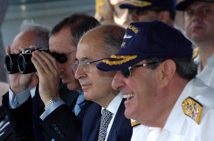 <p>Efes 2007 Denizkurdu Tatbikatı Ege Denizi'nde yapıldı. Cumhurbaşkanı Ahmet Necdet Sezer ve Başbakan Recep Tayyip Erdoğan, cumhurbaşkanını halkın seçmesini öngören Anayasa paketiyle ilgili sürenin dolduğu gün tatbikatta bir araya geldi.</p>  <p>24 Mayıs 2007</p>  <p></p>