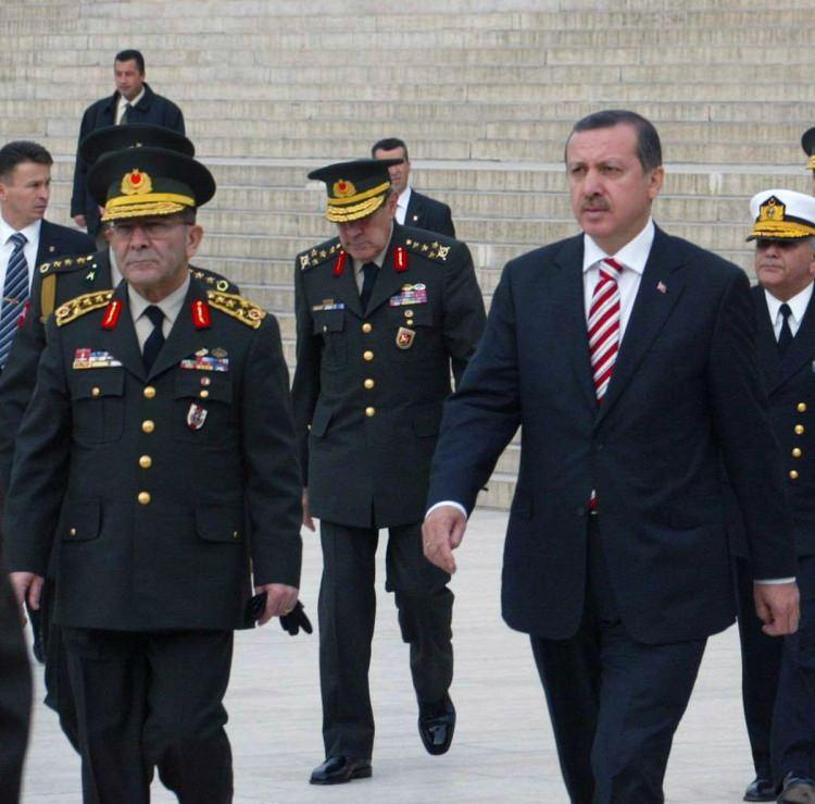 <p>Yüksek Askeri Şura üyeleri Anıtkabir'i ziyaret etti.</p>  <p>1 Aralık 2005</p>