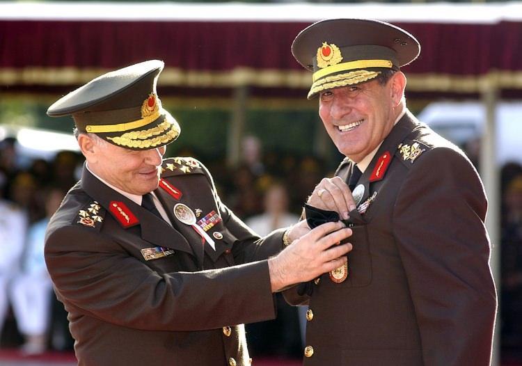 <p>Kara Kuvvetleri Komutanı Orgeneral Aytaç Yalman görevini Orgeneral Yaşar Büyükanıt' a devretti.</p>  <p>27 Ağustos 2004</p>