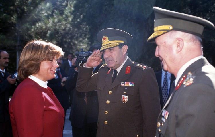 <p>Başbakan Tansu Çiller, Kara Harp Okulu'nu ziyaret etti. Çiller'i Kara Harp Okulu Komutanı Tümgeneral Yaşar Büyükanıt karşıladı.</p>  <p>3 Eylül 1995</p>