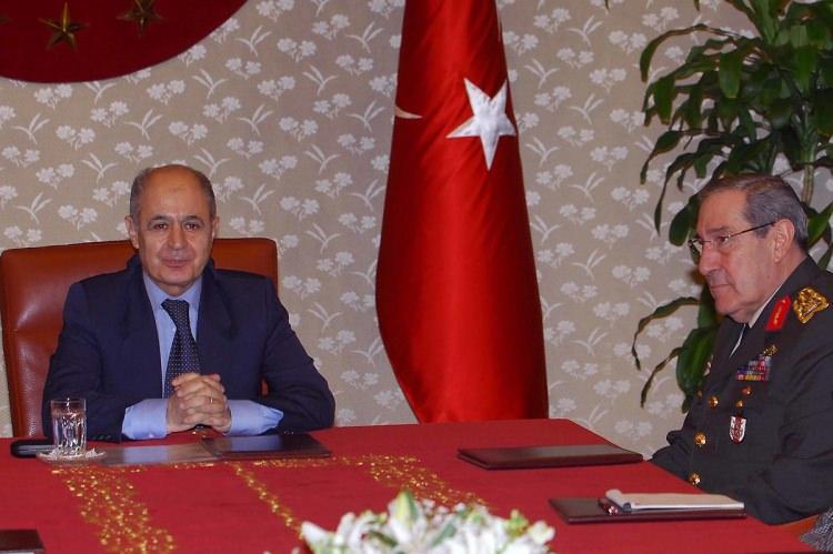 <p>Cumhurbaşkanı Ahmet Necdet Sezer, Genelkurmay Başkanı Orgeneral Yaşar Büyükanıt ile Azerbaycan Savunma Bakanı Korgeneral Abiyev ve beraberindeki heyeti Çankaya Köşkünde kabul etti.</p>  <p>5 Şubat 2007</p>
