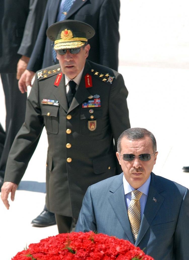 <p>Yüksek Askeri Şura Üyeleri Anıtkabir'i ziyaret ederek saygı duruşunda bulundu ve Ata'nın mozalesine çelenk bıraktı. Ziyarette, Başbakan Recep Tayyip Erdoğan ve Genelkurmay Başkanı Orgeneral Hilmi Özkök de vardı.</p>  <p></p>  <p>1 Ağustos 2006</p>