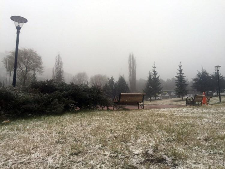 <p>Yurda Balkanlardan giriş yapan kar Edirne ve ilçelerinde etkili oluyor. Meteoroloji'den aktarılan bilgiye göre bugün İç Anadolu Bölgesi'nde beklenen kar yağışı Ankara'da etkili olmaya başladı.</p>