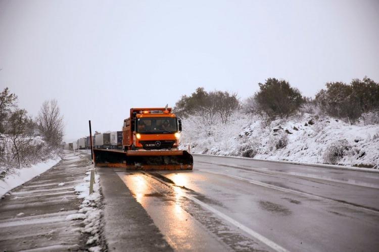 <p>EDİRNE</p>  <p>Edirne ve ilçelerinde başlayan kar yağışı etkili oluyor.</p>  <p>Bulgaristan'a açılan sınır kapısı Hamzabeyli taraflarında Karayolları ekipleri, yolların kapanmaması için çalışma başlattı.</p>