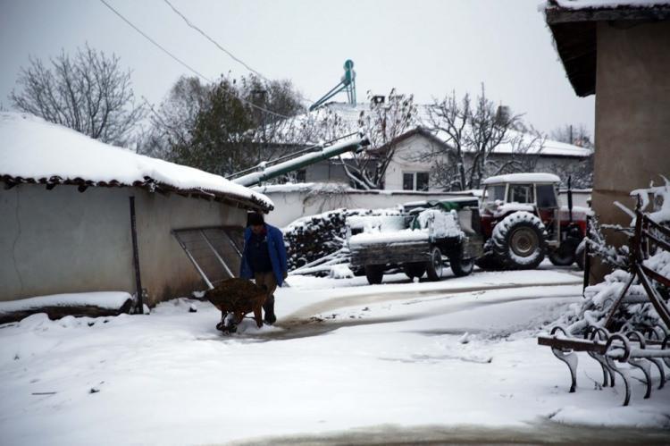 <p>EDİRNE</p>  <p>Hamzabeyli köyünde yaşayan Mehmet Tunca, mevsimin ilk karının köyde sevinçle karşılandığını söyledi.</p>