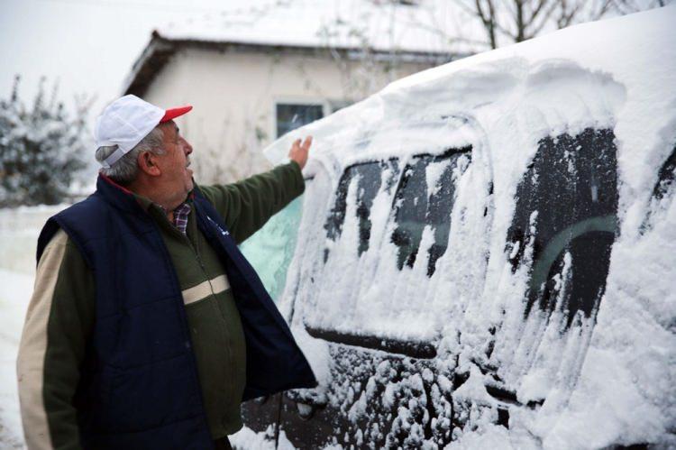 """<p>EDİRNE</p>  <p>Kar yağışının gece saatlerinde başladığını anlatan Tunca, """"Yılın ilk karı yağdı. Her yer çok kuraktı. Yağış ekinlerimize de çok iyi geldi. Çok sevindik."""" dedi.</p>"""