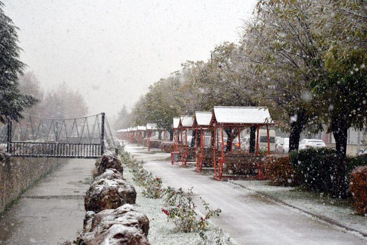 <p>BİLECİK</p>  <p>Bilecik'in Bozüyük ilçesinde sabah saatlerinden itibaren etkili olan kar yağışı, hayatı olumsuz etkiledi.</p>