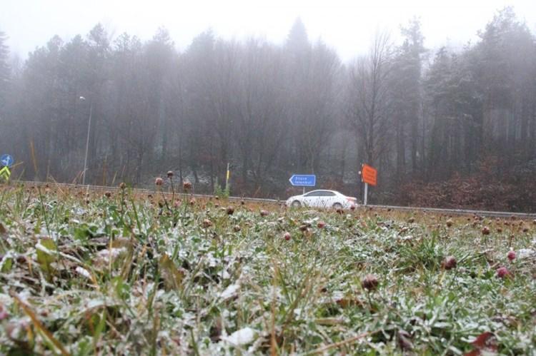 <p>BOLU</p>  <p>Bolu'da, gece saatlerinde başlayan sağanak yağış, sabah saatlerinde D-100 karayolu Bolu Dağı mevkisilerinde yerini kar yağışına bıraktı.</p>