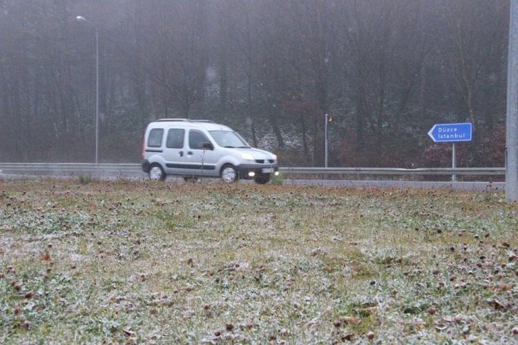 <p>BOLU</p>  <p>Kar yağışı, D-100 karayolunun Yumrukaya, Abant Kavşağı, Elmalık, Bakacak, Seymenler, Karanlıkdere, Bıçkıyanı, Sarıçökek bölgesinde etkili oluyor. Kar yağışı nedeniyle sürücülerin zor anlar yaşamasını engellemek için karayolları ekipleri güzergahlarda hazır olarak bekletiliyor.</p>