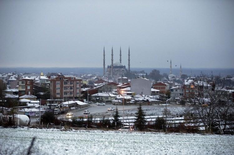 <p>Başkent'te sabaha karşı başlayan kar Çankaya ilçesindeki İncek, Ahlatlıbel ve Kepekli gibi yüksek rakımlı mevkilerde etkili oldu. Ankara Büyükşehir Belediyesi ekipleri, ana arterlerde ve mahalle aralarında tuzlama çalışması yaptı.</p>