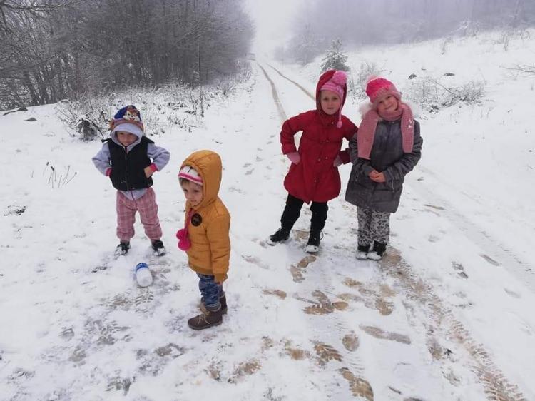 <p>Bursa'nın İznik ilçesinde yüksek kesimlerde kar kalınlığı 5 santimetreye ulaştı. İznik'te dün gece başlayan kar yağışı bugün de etkili oldu. Candarlı, Elmalı ve Hacıosman köylerinde kar kalınlığı 5 santimetreye ulaşırken, ilçede yaşayanlar karın keyfini çıkarmak için hafta sonu yüksek kesimlere akın etti. Karda koşup oynayan çocuklar, kızakla kayarak karın tadını çıkardı.</p>