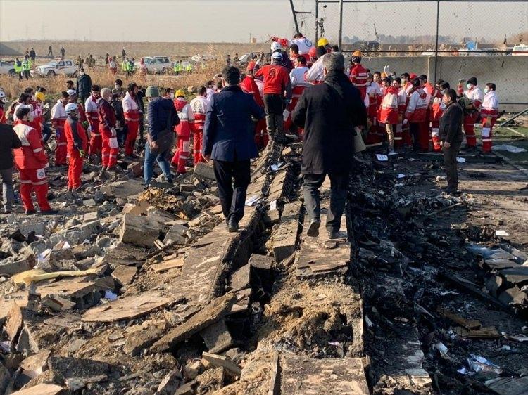 <p>Ukrayna'nın başkenti Kiev'e gitmek üzere Tahran İmam Humeyni Uluslararası Havalimanı'ndan havalanan Boeing 737 tipi yolcu uçağının kısa süre sonra yerel saatle 06.18'de teknik arıza nedeniyle düştüğü bildirilmişti. Uçaktaki yolcu ve mürettebattan oluşan 176 kişiden kurtulan olmadığı duyurulmuştu.</p>