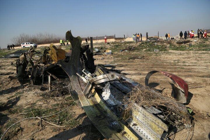 <p>İran'ın başkenti Tahran'da düşen Ukrayna Havayollarına ait Boeing 737 tipi yolcu uçağında bulunan yolcu ve mürettebat 176 kişi hayatını kaybetti. Uçağın düştüğü bölgede arama kurtarma çalışması başlatıldı.</p>