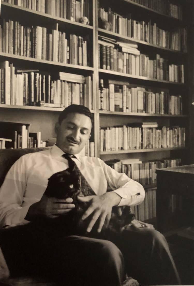 <p>Türk ressam, yazar ve siyasetçi, Demokratik Sol Parti ile Demokratik Sol Halk Partisi'nin kurucusu ve ilk başkanıdır. 1946'da Bülent Ecevit ile evlendi.</p>