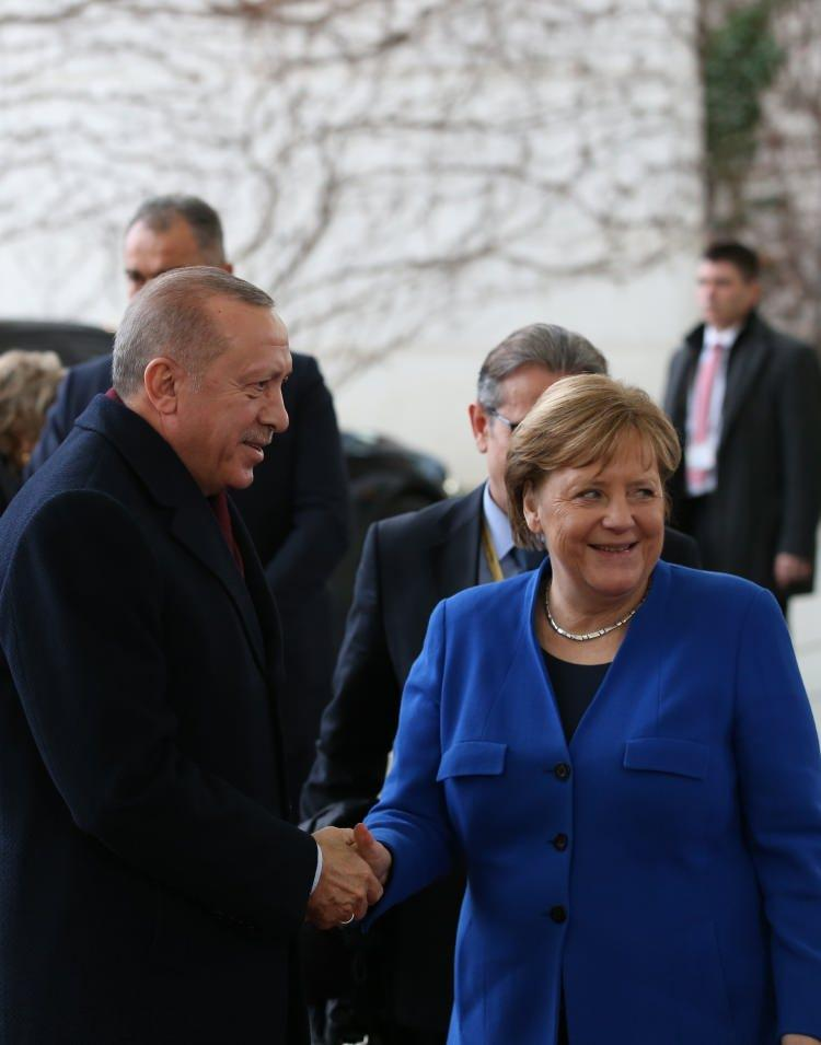 <p>Cumhurbaşkanı Recep Tayyip Erdoğan, Berlin'de düzenlen Libya Konferansında arka arkaya önemli görüşmeler gerçekleştirdi.</p>