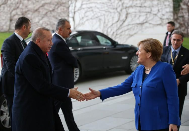 <p>Libya'da kalıcı ateşkes ve siyasi sürecin başlatılması amacıyla Berlin'de uluslararası konferansı yapıldı. Tarihi zirveye Başkan Erdoğan da katıldı.</p>