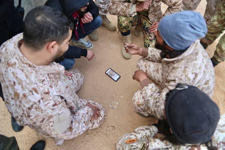"""<p>""""Bizim meselemiz ne Hafter ne de Serrac, ne ülkenin doğusu, ne güneyi ne batısı"""" diyen Libyalı, """"Bizler artık bir ailenin yönetimini ya da askeri rejimi istemiyoruz. Kaddafi'nin 42 yıllık askeri yönetimi bize yetti de arttı. Bizler sadece sivil bir yönetim olsun istiyoruz. Bu artık bir prensip meselesi."""" dedi.</p>  <p></p>"""