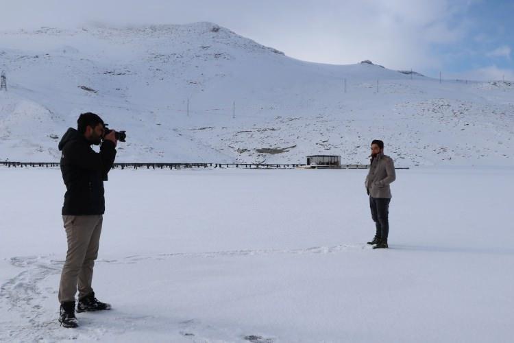 <p><strong>FOTOĞRAFÇILARIN UĞRAK YERİ OLDU</strong></p>  <p>Yüzeyi tamamen buz tutan baraj gölüne gelen doğa fotoğrafçıları, bol bol fotoğraf çekip, o anları ölümsüzleştirdi.</p>