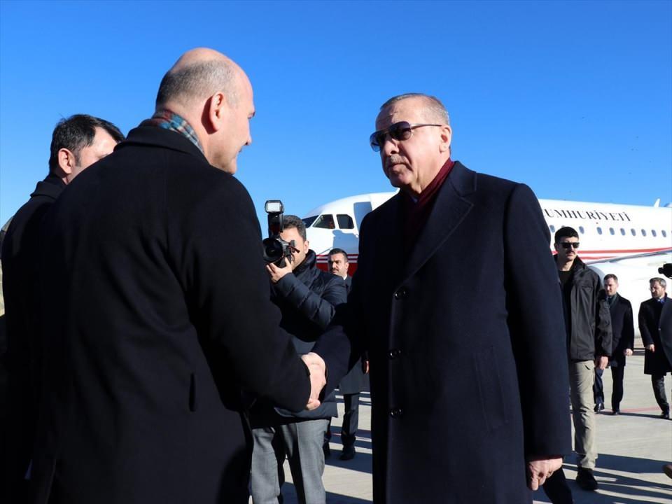 <p>Cumhurbaşkanı Recep Tayyip Erdoğan, deprem bölgesinde incelemelerde bulunmak üzere Elazığ'a geldi. Erdoğan'ı, İçişleri Bakanı Süleyman Soylu karşıladı.</p>  <p></p>