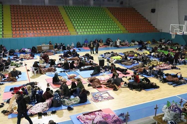<p><strong>KAMU KURUMLARI MİSAFİRHANELERİNİ AÇTI</strong></p>  <p>Depremin vurduğu Elazığ ve Malatya'da evlerine girmekte tereddüt eden birçok vatandaş, tedarik edilen araçlarla çevre illerde bulunan yakınlarının evlerine götürüldü.</p>