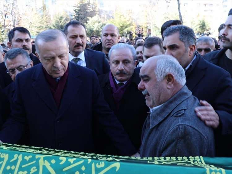 <p>Elazığ'daki depremde hayatını kaybeden Ayşe Civelek ve 10 yaşındaki oğlu Salih Civelek'in cenaze törenine katıldı.</p>