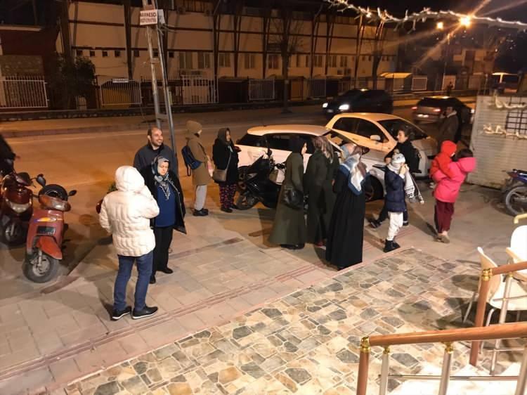 <p>Elazığ'ın Sivrice ilçesi merkezli deprem meydana geldi. Hatay'a kadar olan büyük bir alanda deprem hissedildi. İşte Elazığ'da deprem sonrası kendilerini dışarı atan vatandaşların görüntüleri...</p>