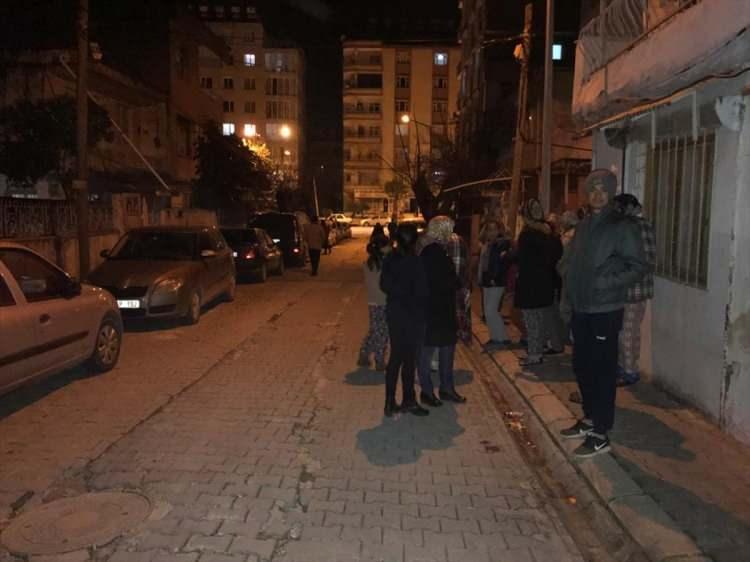<p>Elazığ'ın Sivrice ilçesinde meydana gelen deprem Hatay'da da hissedildi. Vatandaşlar evlerinden dışarı çıktı.</p>