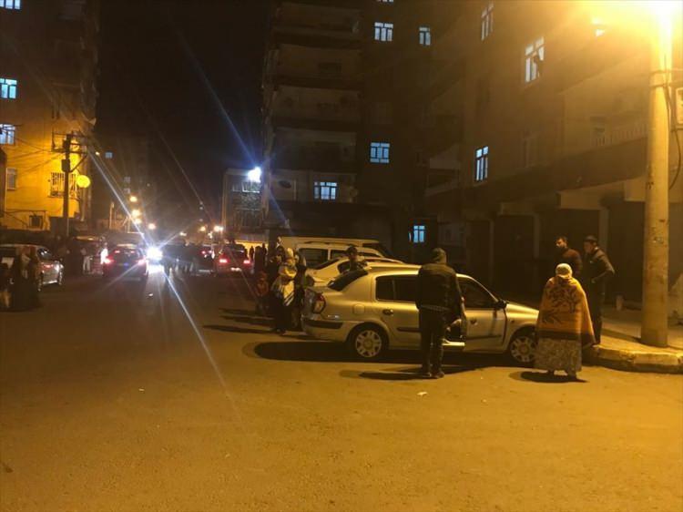 <p>Elazığ'da 6.5 şiddetindeki deprem Osmaniye merkezde hissedildi. Depremi hisseden vatandaşlar panikle evlerinden sokaklara kaçtı.</p>