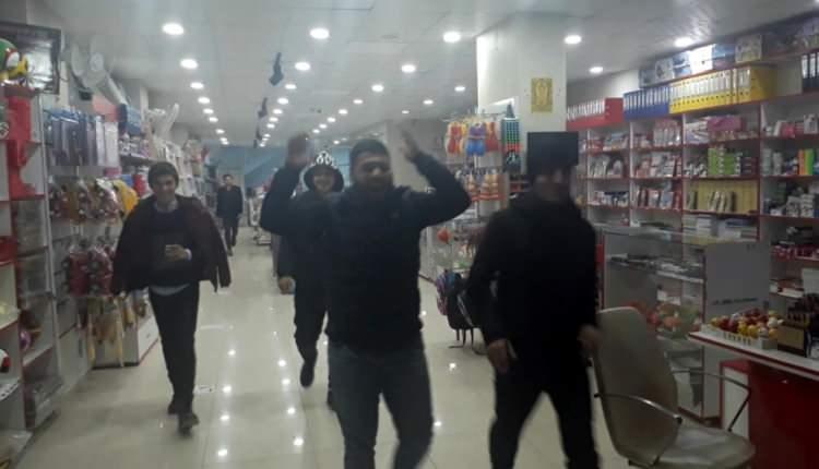 <p>Elazığ'ın Sivrice ilçesinde 6.8 büyüklüğünde deprem meydana geldi. Deprem Mardin'de de hissedildi. Bir iş yerinde depreme yakalanan vatandaşlar panikle dışarı çıktı.</p>